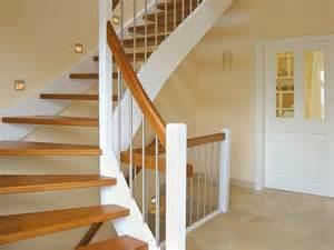 treppe planen treppen in massivholz echtholzfurniere oder eine betontreppe mit fliesen oder holzbelag eco