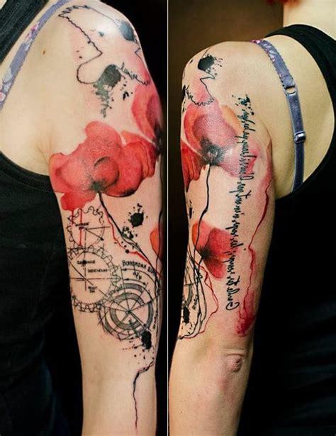 frauen arm watercolor taetowierung mit mohnblumen und