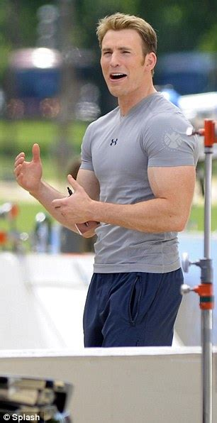 Captain America: Chris Evans shows off his bulked-out ...