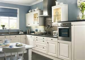 wand streichen ideen lila und farbe für küche küchenwand in kontrastfarbe streichen