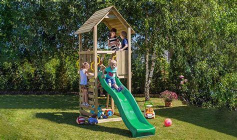 aire de jeux couverte en bois avec toboggan et mur d escalade jardin