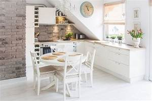 Küchentisch Kleine Küche : kleine k che mit dachschr ge in wei und kleiner runder ~ Lizthompson.info Haus und Dekorationen