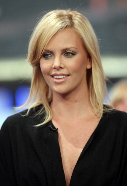 charlize theron biography kritikerns