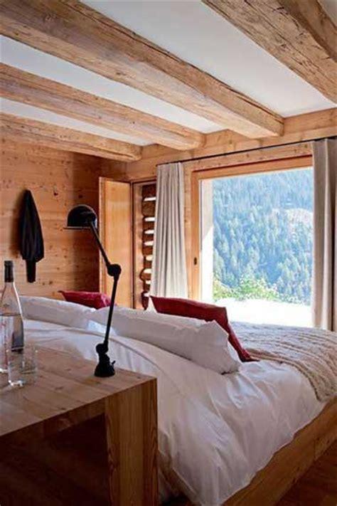 deco chambre chalet déco chambre dans un chalet avec console tête de lit bois