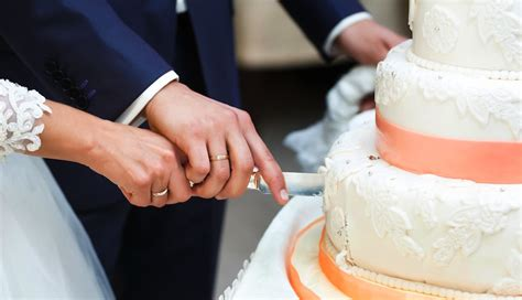 how to cut a wedding cake does a wedding cake and serving your guests