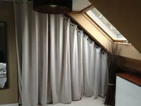 Tringle Rideau Sous Escalier dressing sous pente avec rideaux et autres d 233 co dressing