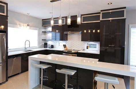 cuisine chic avec portes de stratifi 233 au fini lustr 233 et comptoirs de quartz comptoir des places