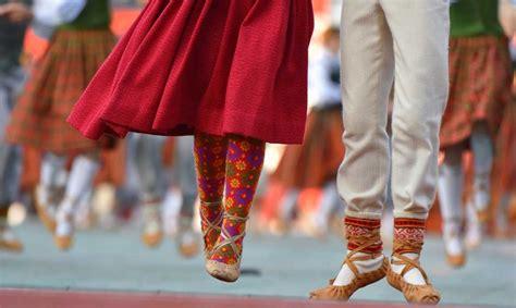 Spītējot epidemiologu bažām, IZM plāno rīkot Skolēnu dziesmu un deju svētkus - Kultūras un ...