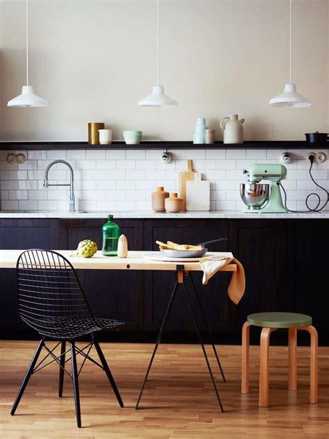 tapis de cuisine gris design cuisine equipee blanche design mur lambris bois gris sol