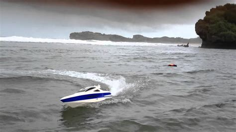 Rc Boats Vs Waves by Rc Boat Princess Gasoline 26cc On Big Wave