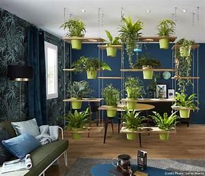 cinq idees pour mettre en scene vos plantes d39interieur With attractive table de jardin contemporaine 5 la decoration pour un bureau dentreprise