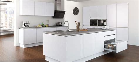 cuisine but cuisine aménagée blanc brillant design et à la qualité