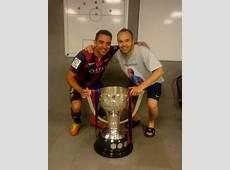 Iniesta et Xavi avec le trophée FCBarcelonecom