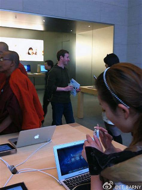 Mark Zuckerberg Spotted In Shanghai Apple Store Buying