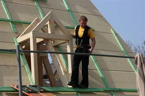 kostenloses foto zimmermann dach restaurieren