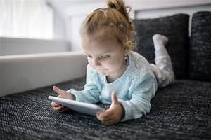 Ragazza Sdraiata Sul Divano E Giocando A Tablet Game