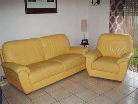 canap cuir jaune vends canapé 3 places et un fauteuil en cuir jaune