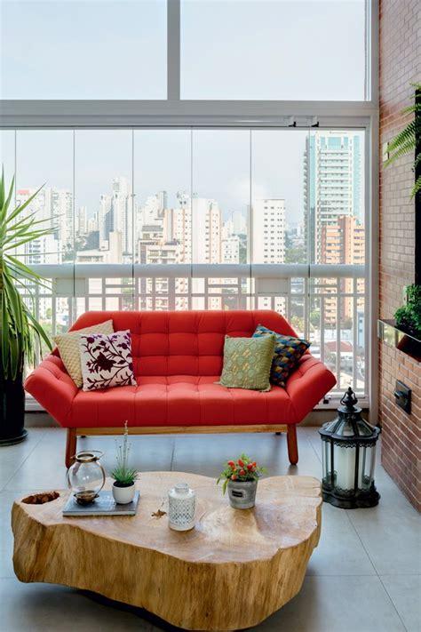 varanda sofa e mesa apartamento mistura cimento queimado e madeira casa e