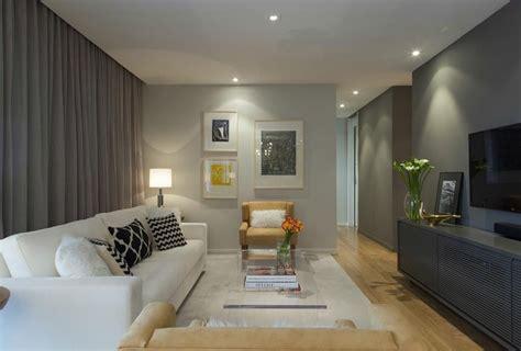 decoração de sala pequena sofá marrom escuro decorar chimenea creativo
