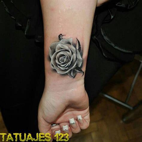 Rosa plateada Tatuajes 123
