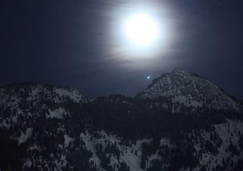 jupiter      close  earth     moons  binoculars