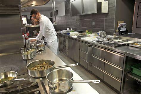 le chef cuisine repas en cuisine avec le chef du restaurant ardèche