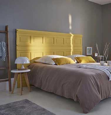 papier peint design chambre adulte déco récup faite avec une tête de lit originale en bois