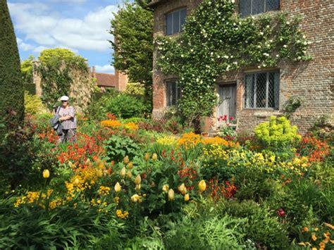 summer gardens with hton court flower show