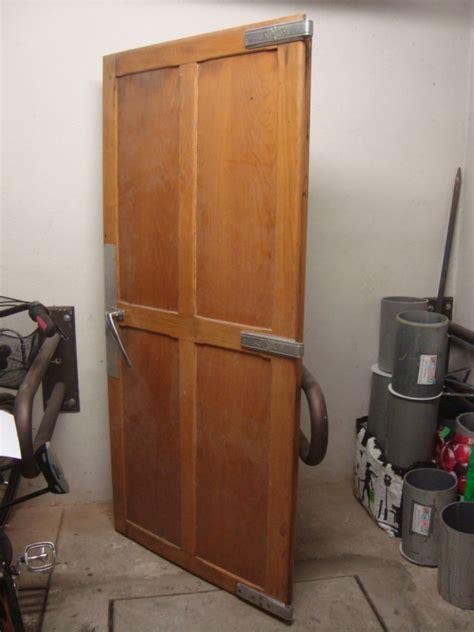 frigo chambre froide porte en bois chambre froide 1950 frigo vintage les