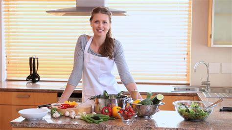 femme faire la cuisine hd stock 649 334 814