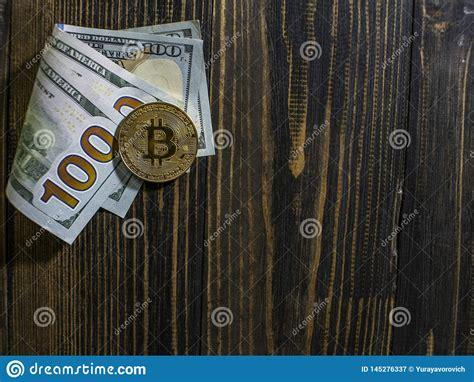 Unlike traditional currencies such as dollars, bitcoins are issued and managed without any central authority whatsoever: Bitcoin Dourado Em D?lares Americanos Close-up Da Moeda De Digitas Em Um Fundo De Madeira Moedas ...
