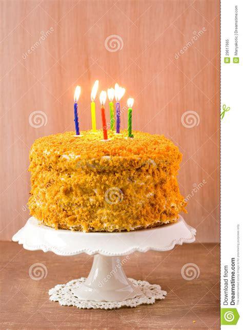 candele di compleanno torta di compleanno con 6 candele immagine stock