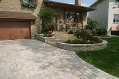 amenagement paysager d39une maison moderne avec des dalles With ordinary entree de jardin moderne 0 devant de maison epure
