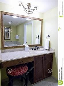 Miroir Au Dessus De Vanit De Salle De Bains Image Stock