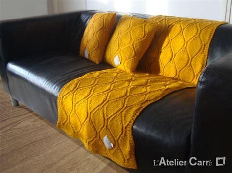 jete de canape gris etole ou jeté de canapé longue en tricot motif feuille l