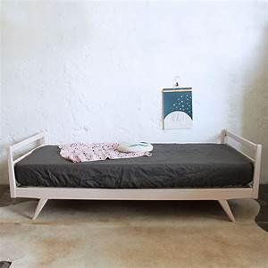 Lit Enfant Vintage : lit daybed bois vintage atelier du petit parc ~ Teatrodelosmanantiales.com Idées de Décoration
