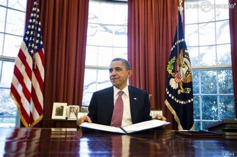 bureau de la maison blanche barack obama dans le célèbre bureau ovale de la maison