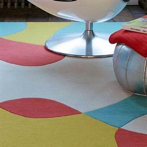 tapis contemporain de salon a formes colorees par joseph lebon With tapis de salon contemporain