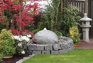 Runder Holztisch Garten : runder quellstein aus granit haufler baumschule und gartengestaltung ~ Markanthonyermac.com Haus und Dekorationen