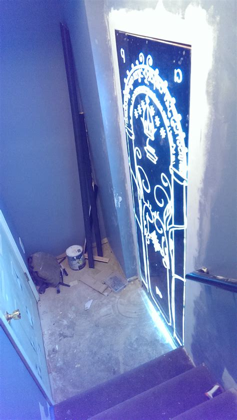 les portes de la moria il installe les portes de la moria du seigneur des anneaux dans sa maison vid 233 o