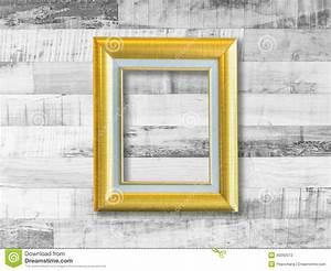 Cadre De Tableau : cadre de tableau d 39 or sur le mur en bois de planche photo ~ Dode.kayakingforconservation.com Idées de Décoration