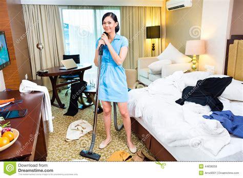 femme de chambre cannes nettoyage de femme de chambre dans l 39 hôtel asiatique image