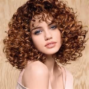 coupe cheveux frises coupe de cheveux frisée ella grise