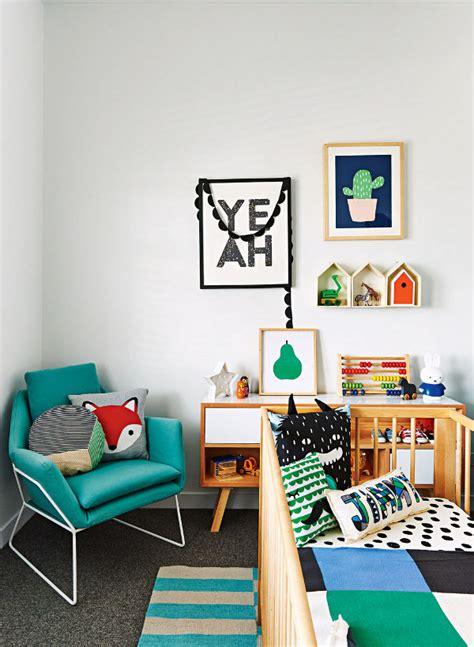 deco mur chambre bebe deco design chambre mur cadres lit bebe bois coussins