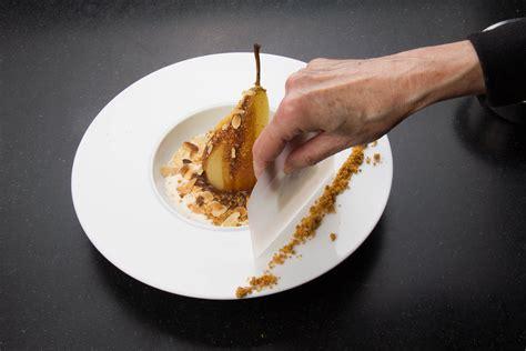 dressage des plats en cuisine poires pochées au chocolat saveur anisée les