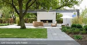 terrasse mit steinplatten und rasenflachen roomidocom With französischer balkon mit feuerstelle garten modern