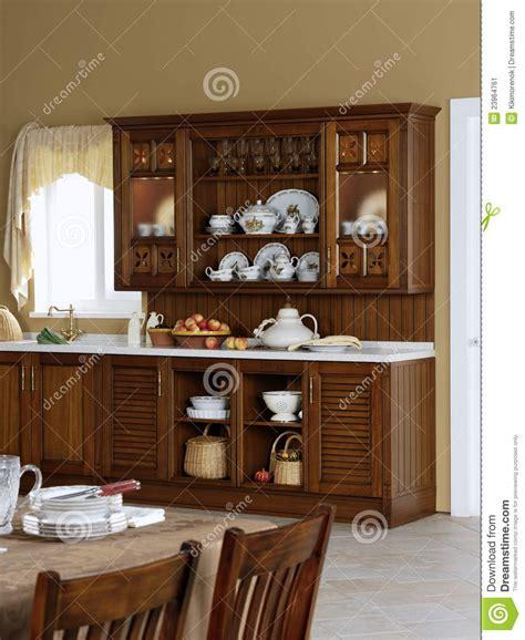 les articles de cuisine buffet de cuisine avec les articles antiques image stock