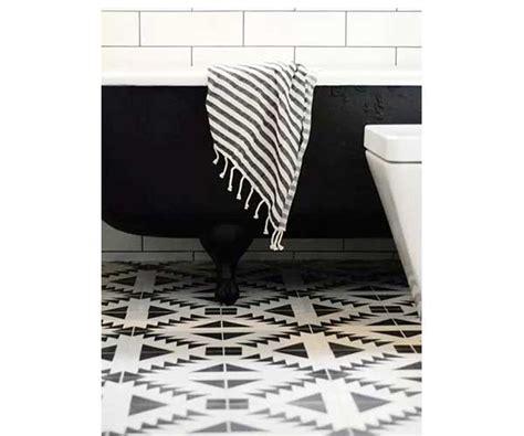 peinture cuisine v33 carreaux de ciment noirs et blancs dans salle de bain