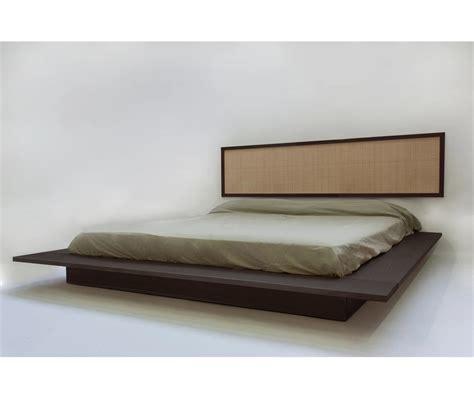 Il letto contenitore è funzionale alla perfetta organizzazione della biancheria da letto e del cambio di stagione. Letto in legno massello scuro - Kiribati - Vivere Zen