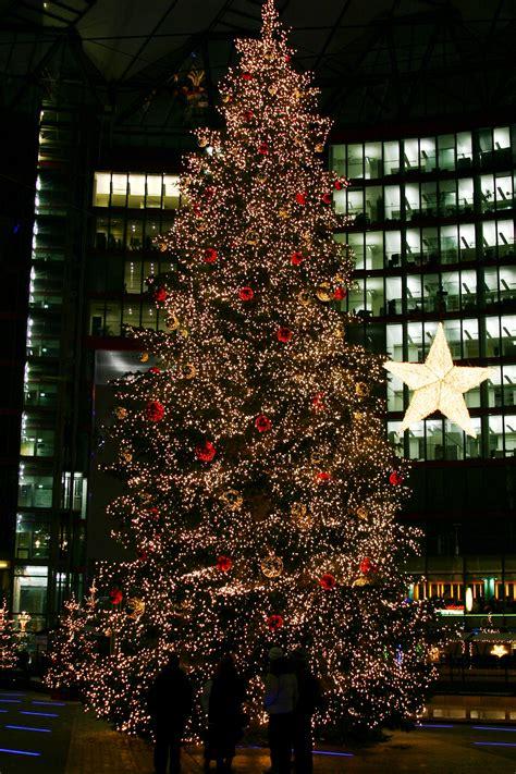 file christmas tree on the potsdamer platz sony center in berlin germany jpg wikimedia commons